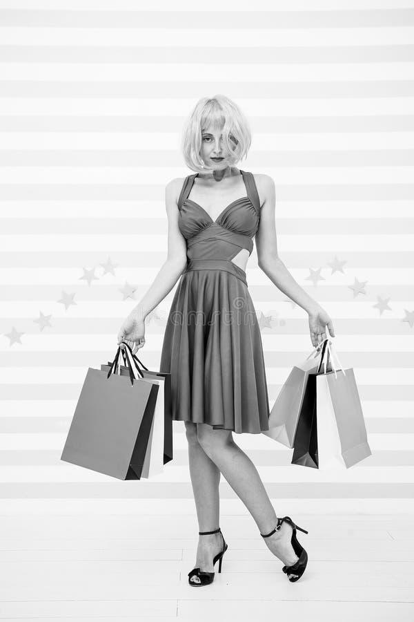 Acquisto La ragazza attraente è pazza circa acquisto Donna contentissima che compera online Donna che va effettuare pagamento den fotografie stock libere da diritti