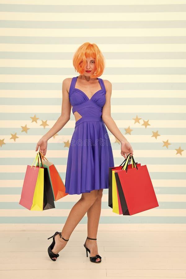 Acquisto La ragazza attraente ? pazza circa acquisto Donna contentissima che compera online Donna che va effettuare pagamento den immagini stock