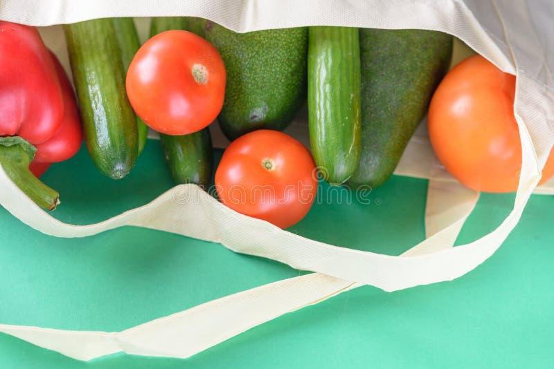 Acquisto libero di plastica Prodotti biologici degli agricoltori fotografia stock libera da diritti