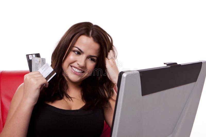Acquisto in linea usando commercio elettronico. fotografia stock libera da diritti