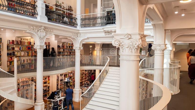 Acquisto nelle librerie di Carturesti Carusel, Bucarest, Romania della gente fotografia stock