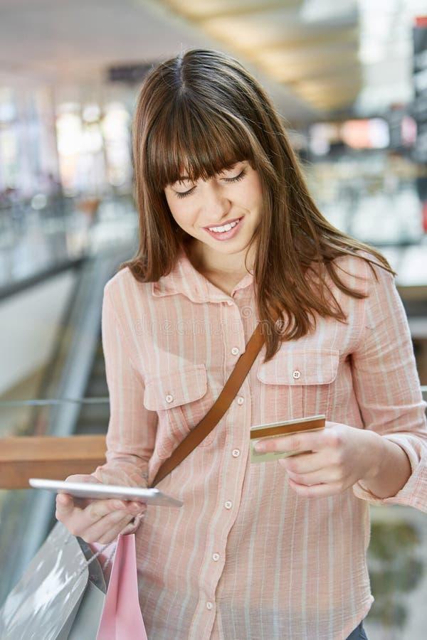 Acquisto online con la carta di credito e la compressa immagini stock