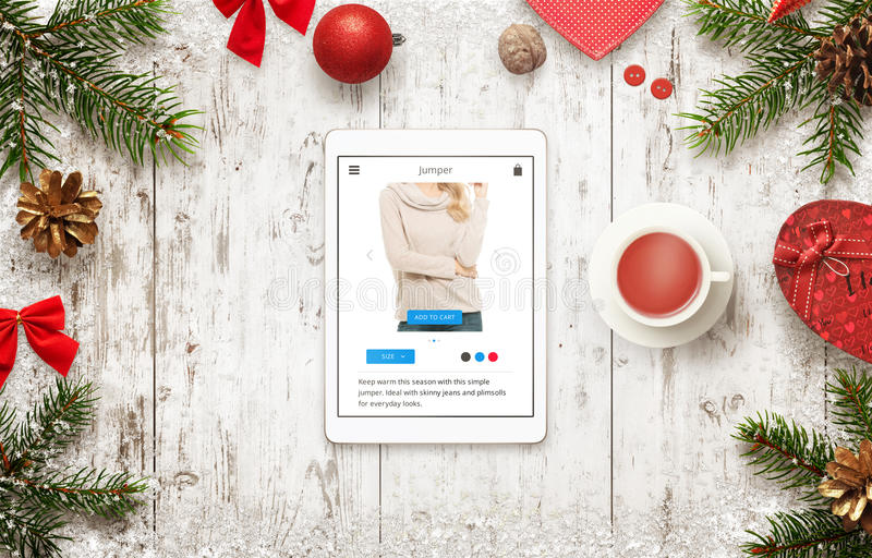 Acquisto online con la compressa nel tempo di vendita di natale Vista superiore della tavola con le decorazioni di natale fotografia stock