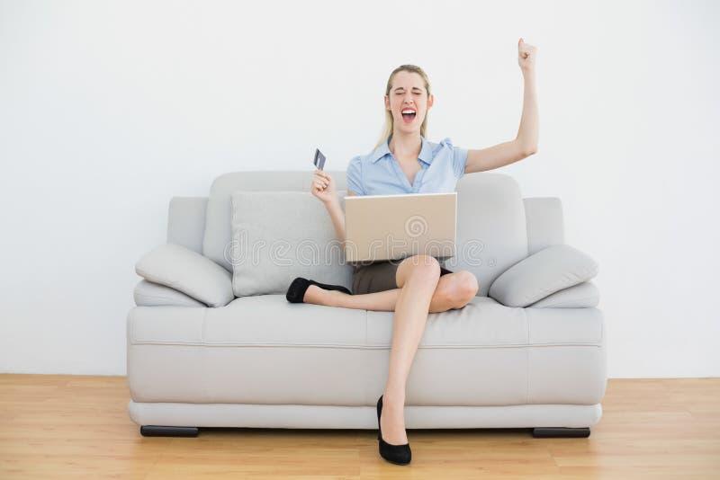Acquisto online incoraggiante grazioso della donna di affari con il suo taccuino immagine stock libera da diritti