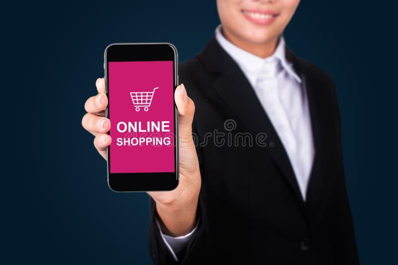 Acquisto online sullo Smart Phone, acquisto sopra i di Show della donna di affari fotografie stock libere da diritti
