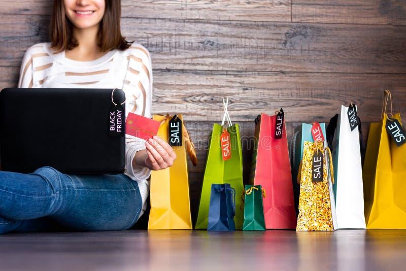Acquisto sorridente adulto femminile della donna che effettua pagamento sul negozio online del deposito di Internet del panno di  fotografia stock