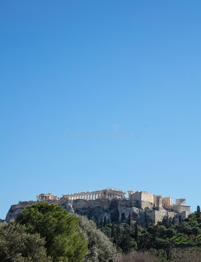Acrópole da rocha de Atenas Grécia e Partenon no fundo do céu azul, dia ensolarado imagem de stock royalty free