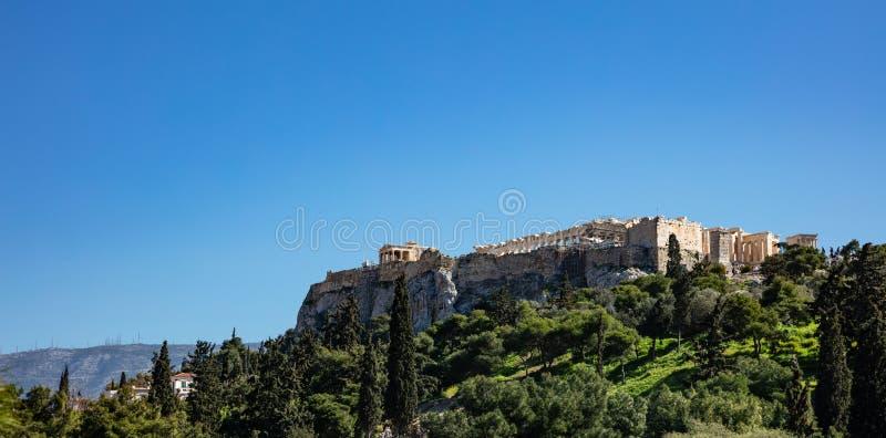 Acrópole da rocha de Atenas Grécia e Partenon no fundo do céu azul, dia ensolarado foto de stock royalty free