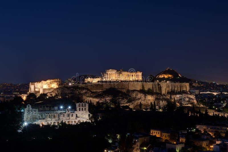 A acrópole de Atenas na noite fotografia de stock royalty free