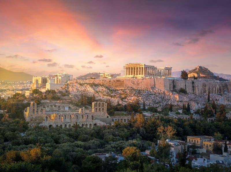 Acrópole de Atenas no por do sol com um céu dramático bonito fotografia de stock royalty free
