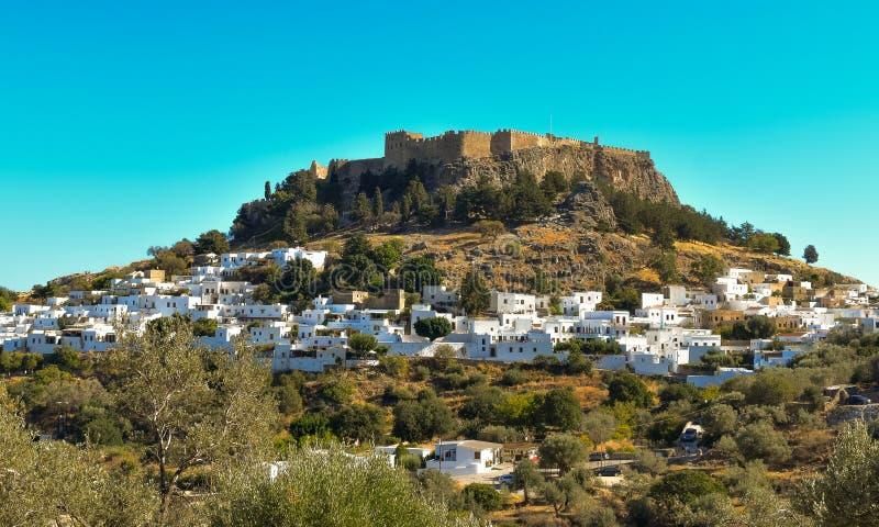 A acrópole e a vila da foto de Lindos tomadas do monte do túmulo de Kleovoulos imagens de stock royalty free