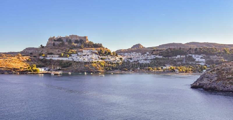 A acrópole e a vila da foto de Lindos tomadas do monte do túmulo de Kleovoulos foto de stock royalty free