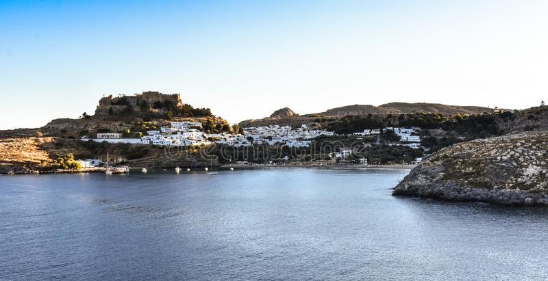 A acrópole e a vila da foto de Lindos tomadas do monte do túmulo de Kleovoulos fotografia de stock