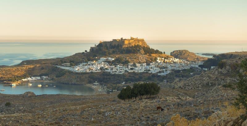 A acrópole e a vila de Lindos fotografia de stock
