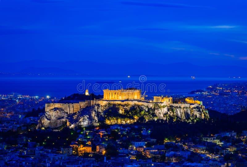 Acrópolis en Atenas, Grecia, en la noche fotografía de archivo libre de regalías