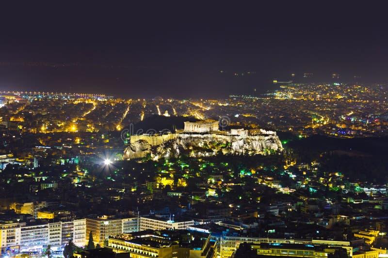Acrópolis y Atenas en Grecia en la noche fotografía de archivo
