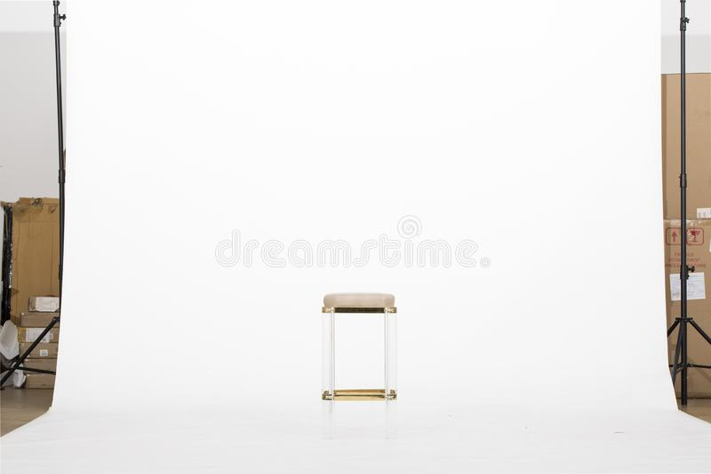 Acrilico affascinante assente dei mondi & contro panchetto d'ottone, mobilia Luxe Xavier Pauchard Tolix Style Stool di culto dell immagine stock libera da diritti