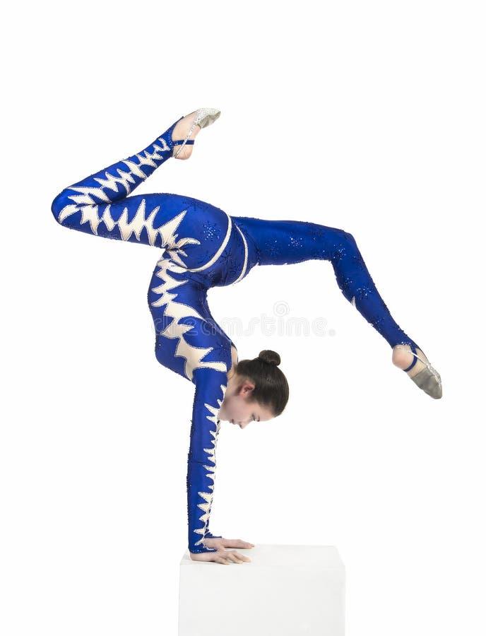 Acrobaat, een circuskunstenaar in een blauw kostuum stock foto