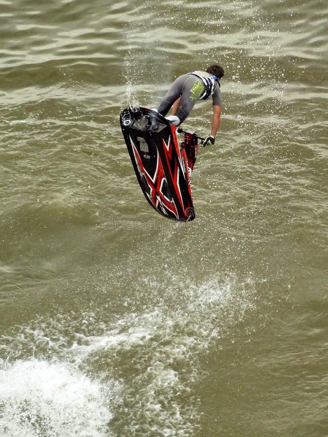 Acrobacia de competência do esqui do jato no rio Danúbio em Novi Sad, Sérvia imagem de stock