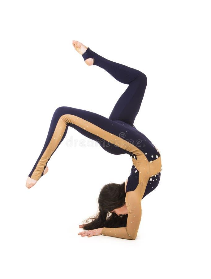 Acrobata, un artista del circo in un vestito scuro immagini stock libere da diritti