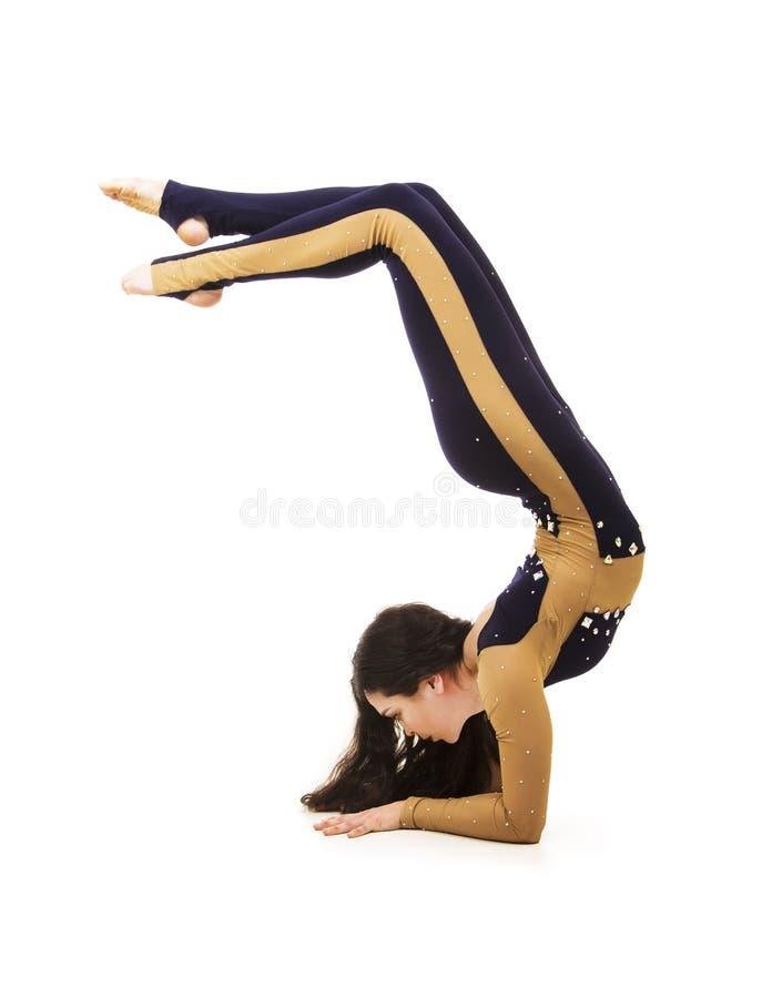 Acrobata, un artista del circo in un vestito scuro fotografia stock