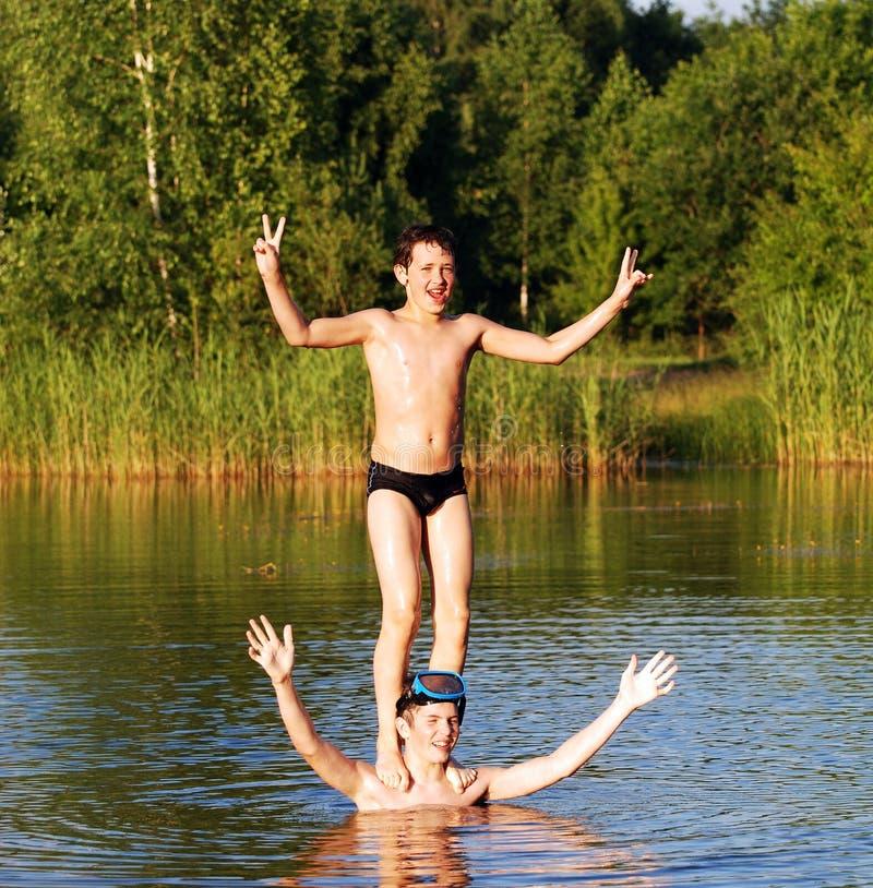 Download Acrobatas da água foto de stock. Imagem de nave, feriado - 10059438