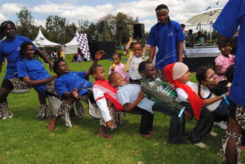 Acrobatas em Nairobi Kenya fotografia de stock