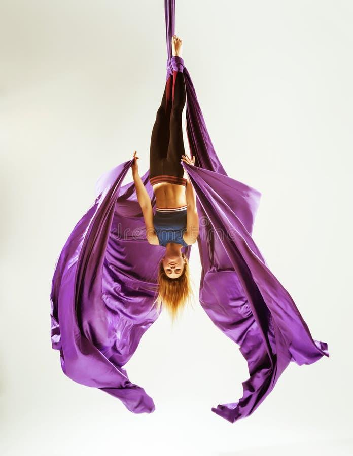 Acrobate aérien de gymnaste pendu sur le tissu photos libres de droits