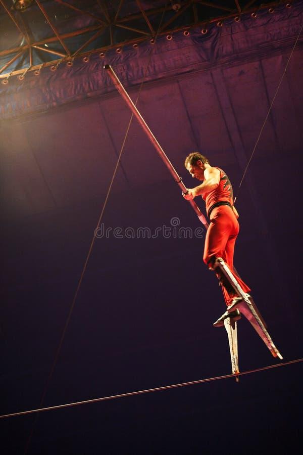 Acrobate de cirque sur la corde raide, Roumanie image stock