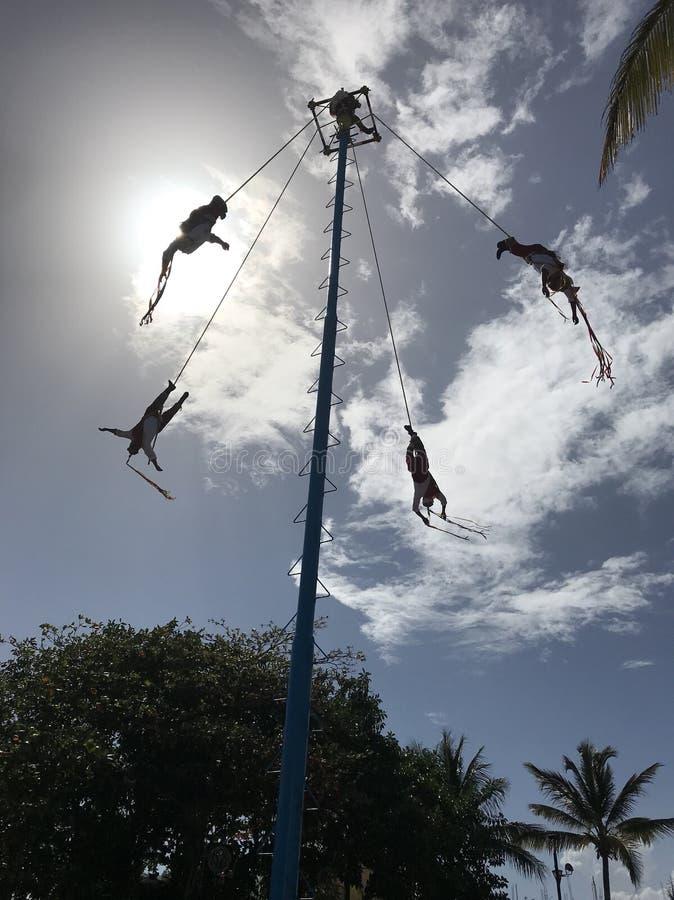 Acrobaten in de lucht stock fotografie