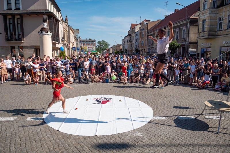 Acrobaten op Straatfestival - internationale bijeenkomst van straatuitvoerders en actoren stock afbeelding