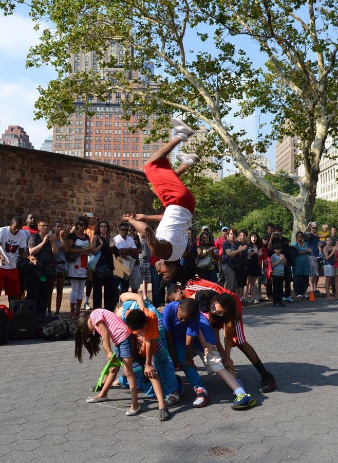 Acrobates dans la rue de New York photographie stock libre de droits