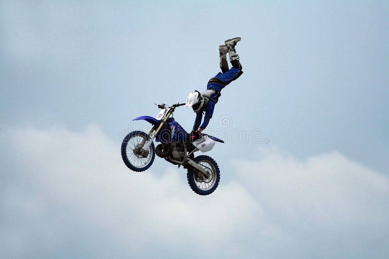 Acrobatics do conluio da motocicleta foto de stock royalty free