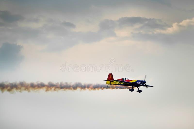 300 acrobaties aériennes supplémentaires avec de la fumée images stock