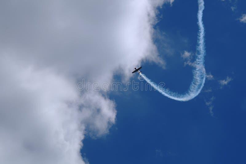 Acrobaties aériennes sur un avion ultra-léger photographie stock libre de droits