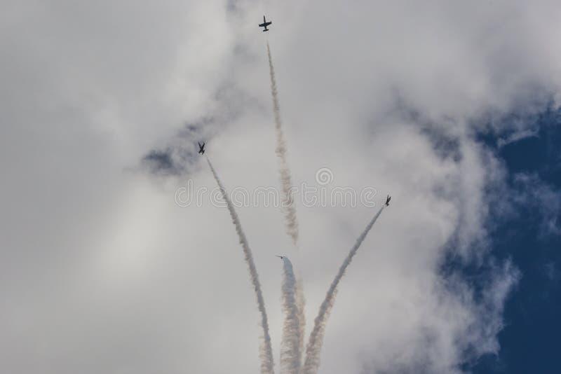 Acrobatische Stuntvliegtuigen RUS van Aero l-159 ALCA op Lucht tijdens Luchtvaartsportevenement stock foto's