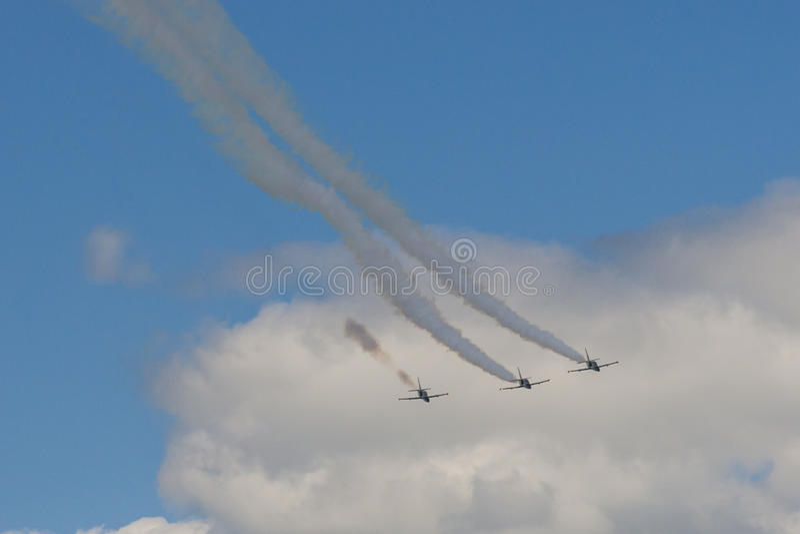 Acrobatische Stuntvliegtuigen RUS van Aero l-159 ALCA op Lucht tijdens Luchtvaartsportevenement royalty-vrije stock foto's