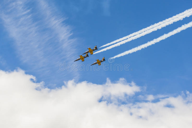 Acrobatische Stuntvliegtuigen RUS van Aero l-159 ALCA op Lucht tijdens Luchtvaartsportevenement Gewijd aan de 80ste Verjaardag va stock fotografie