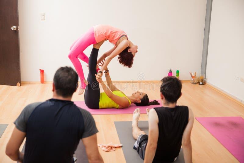 Acrobatische yogademonstratie royalty-vrije stock afbeeldingen