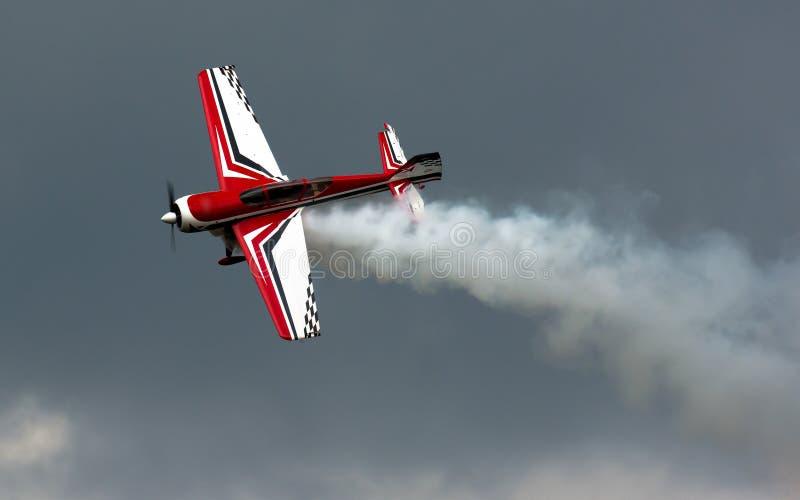 Acrobazie aeree con fumo fotografie stock