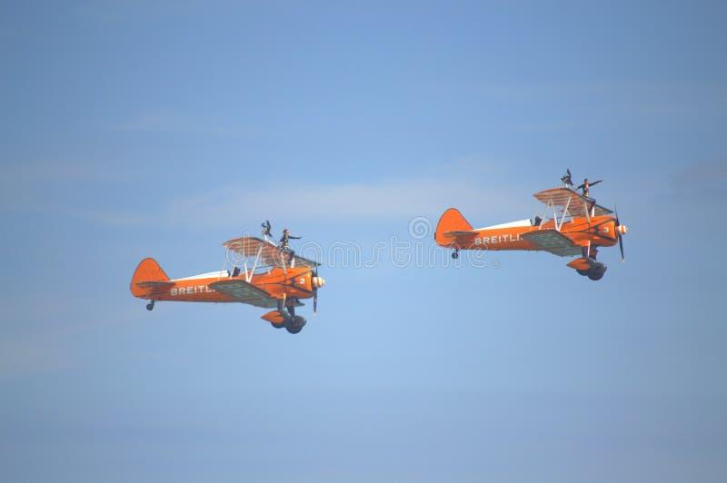 Acrobazie aeree spettacolari dell'antenna di Wingwalkers fotografie stock
