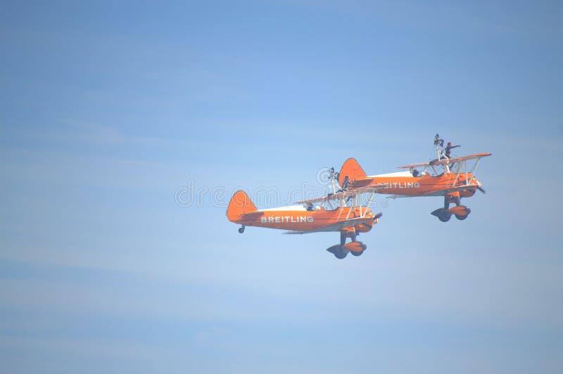Acrobazie aeree spettacolari dell'antenna di Wingwalkers immagine stock libera da diritti