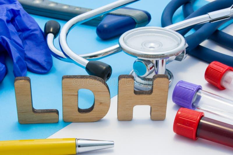 Acronyme de laboratoire médical de LDH, signifiant la déshydrogénase de lactate Lettres qui font le mot de LDH, situé près des tu image stock