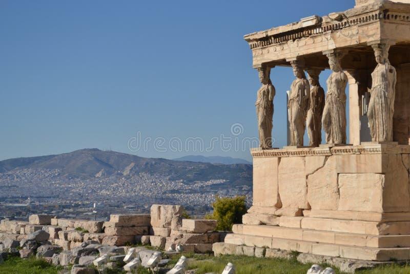 Acropole, Athènes, Karyatides avec le paysage urbain et le ciel bleu image libre de droits