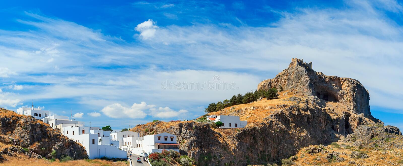 Acropoli della vista dal basso di Lindos della baia del riassunto di Rhodes Greece immagini stock libere da diritti