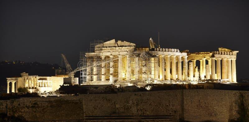 Acropoli di Atene entro la notte parthenon La Grecia fotografia stock