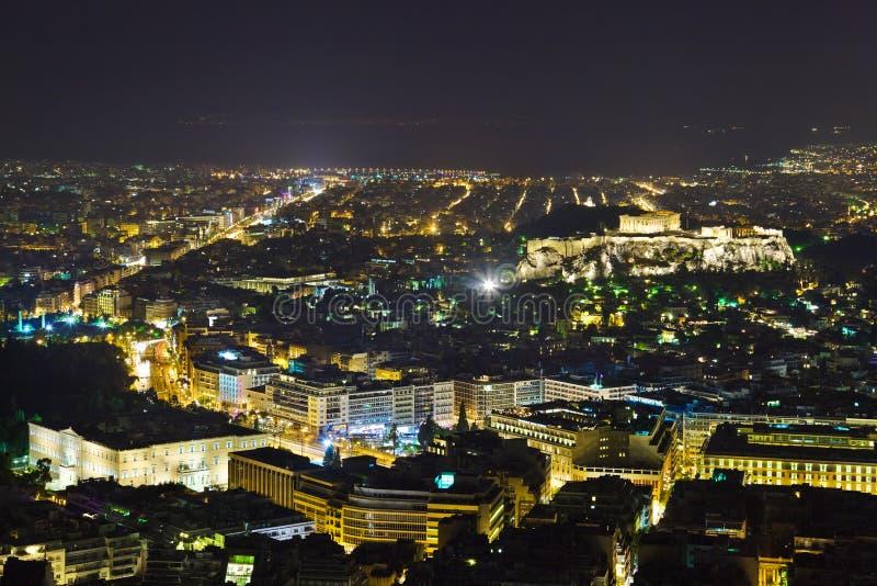 Acropoli ed Atene in Grecia alla notte immagine stock libera da diritti