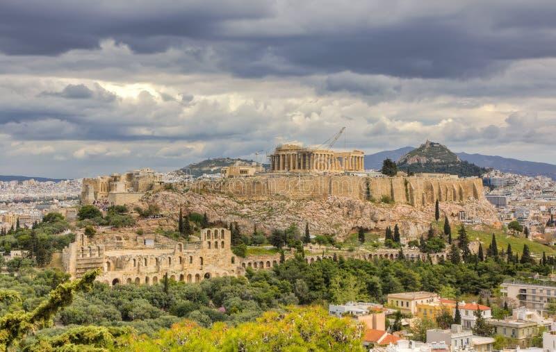 Acropoli sotto un cielo drammatico, Atene, Grecia illustrazione di stock