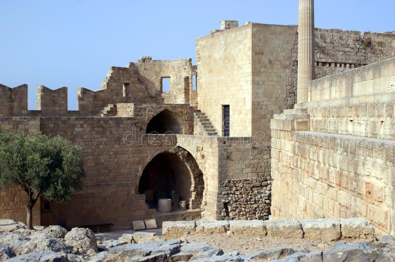 Acropolis com os battlements em Lindos fotografia de stock royalty free
