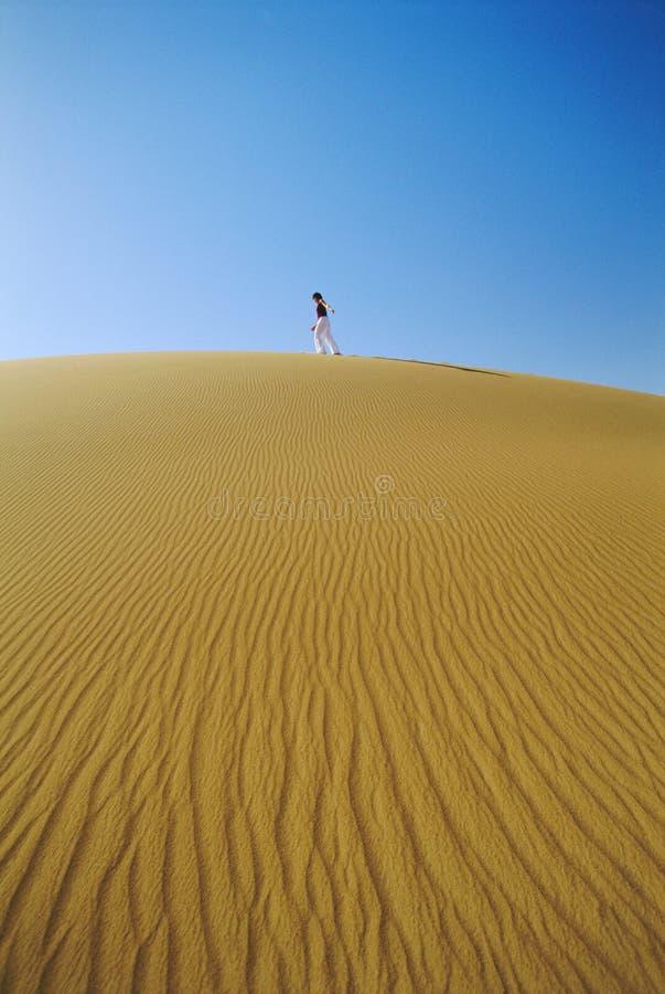 across desert dune sand walking woman στοκ εικόνες